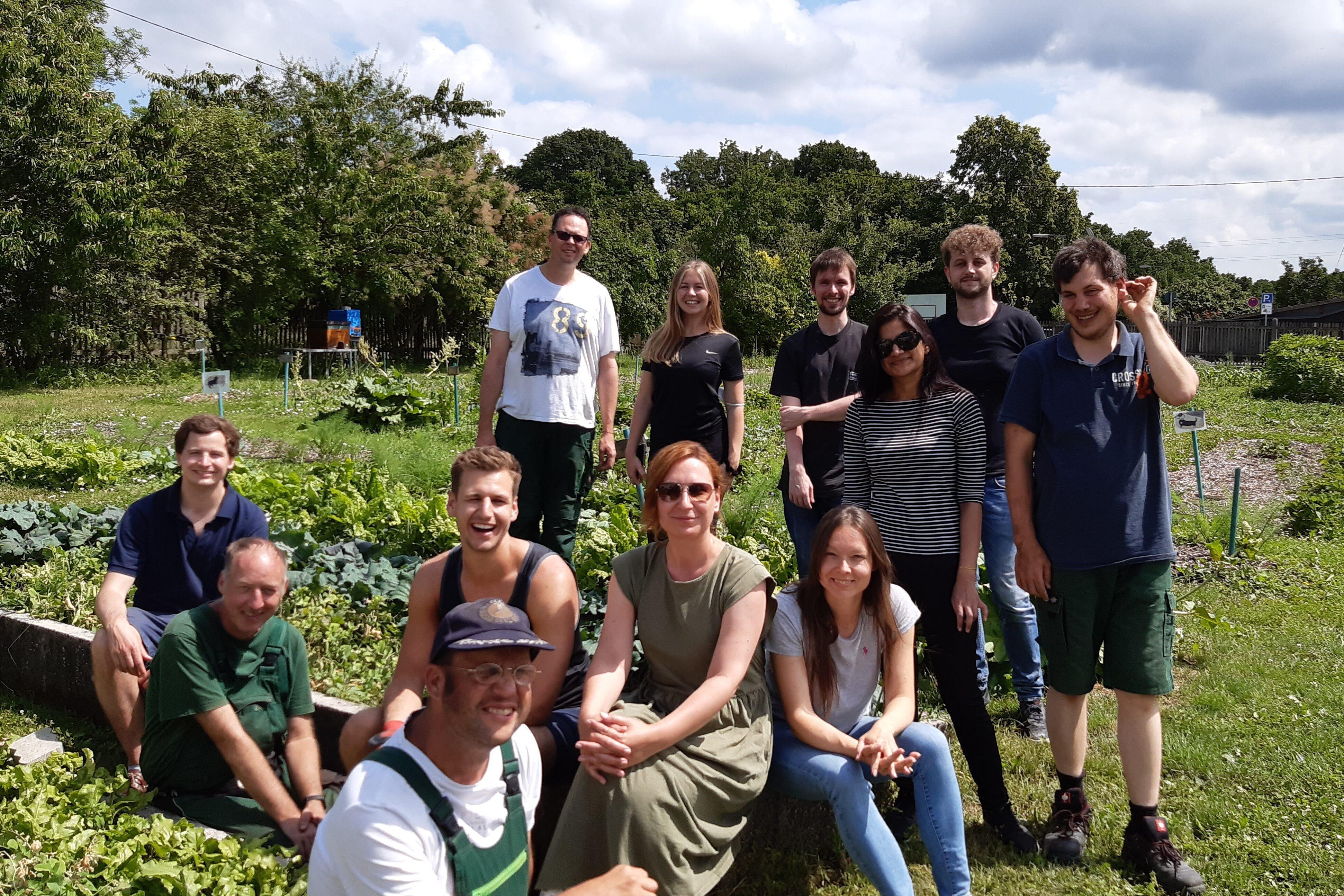 Aktionstag Münchner Unternehmen Des mach ma: Mitarbeiter von Accenture München unterstützen die behinderten Gärtner in der Gärtnerei am Hart der Stiftung Pfennigparade.