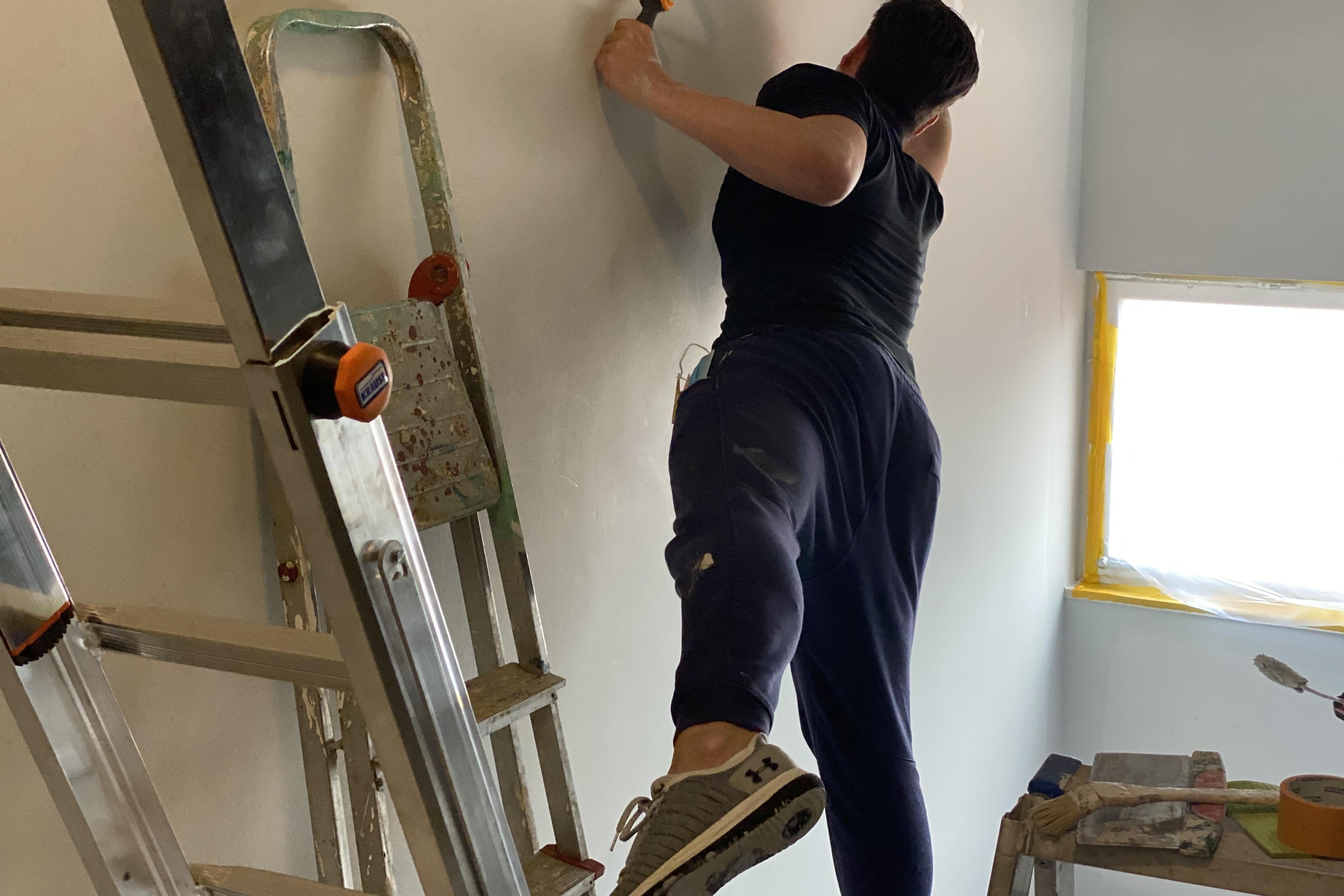 Aktionstag Münchner Unternehmen Des mach ma: Mitarbeiter von Collaboration Factory streichen ein 5-stöckiges Treppenhaus einer Unterkunft für geflüchtete Menschen der Einrichtung Bellevue Di Monaco.