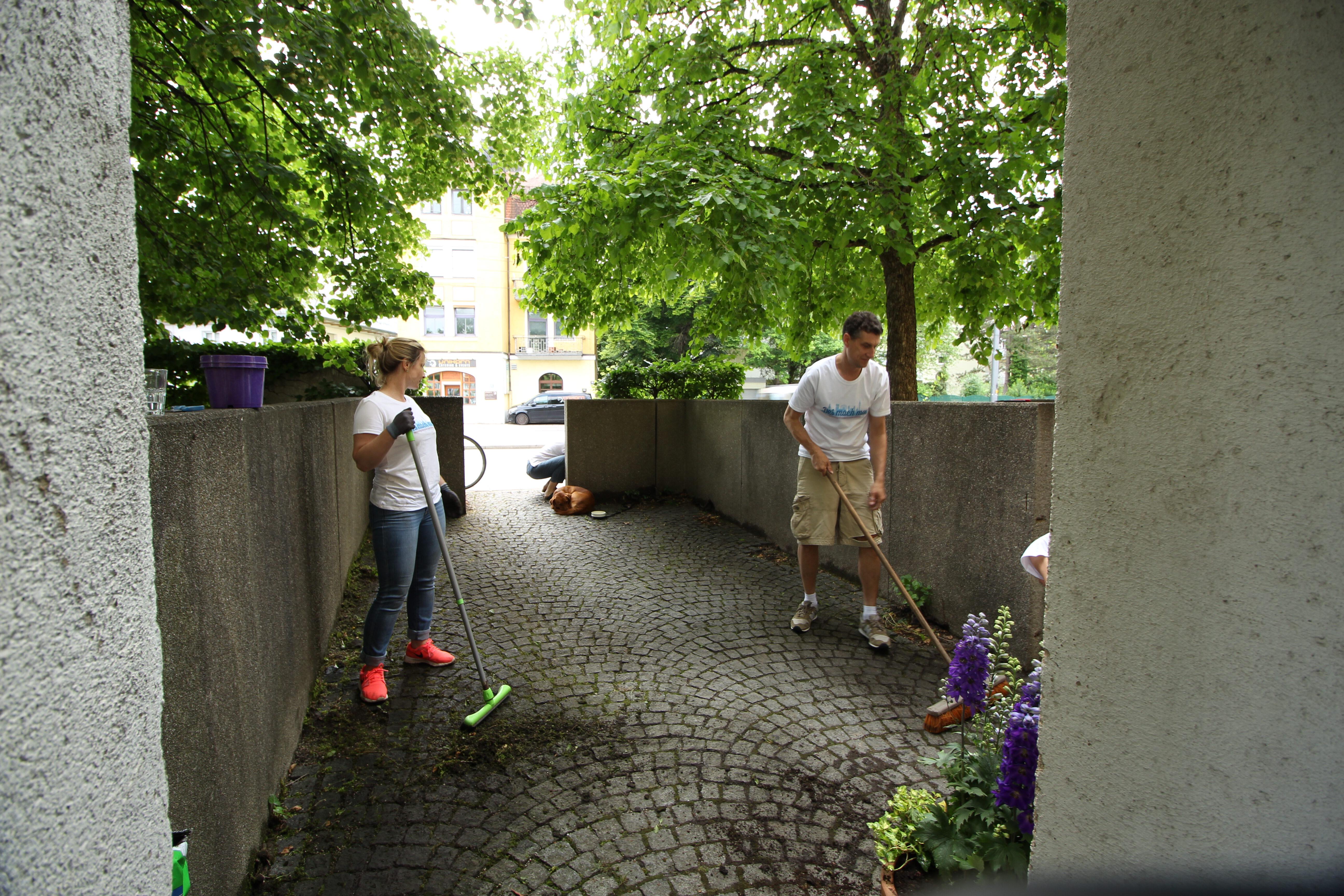 Aktionstag Münchner Unternehmen Des mach ma: Mitarbeiter von Nemetschek streichen das Foyer und verschönern den Garten der Senioreneinrichtung Integriertes Wohnen der Diakonie Oberbayern.