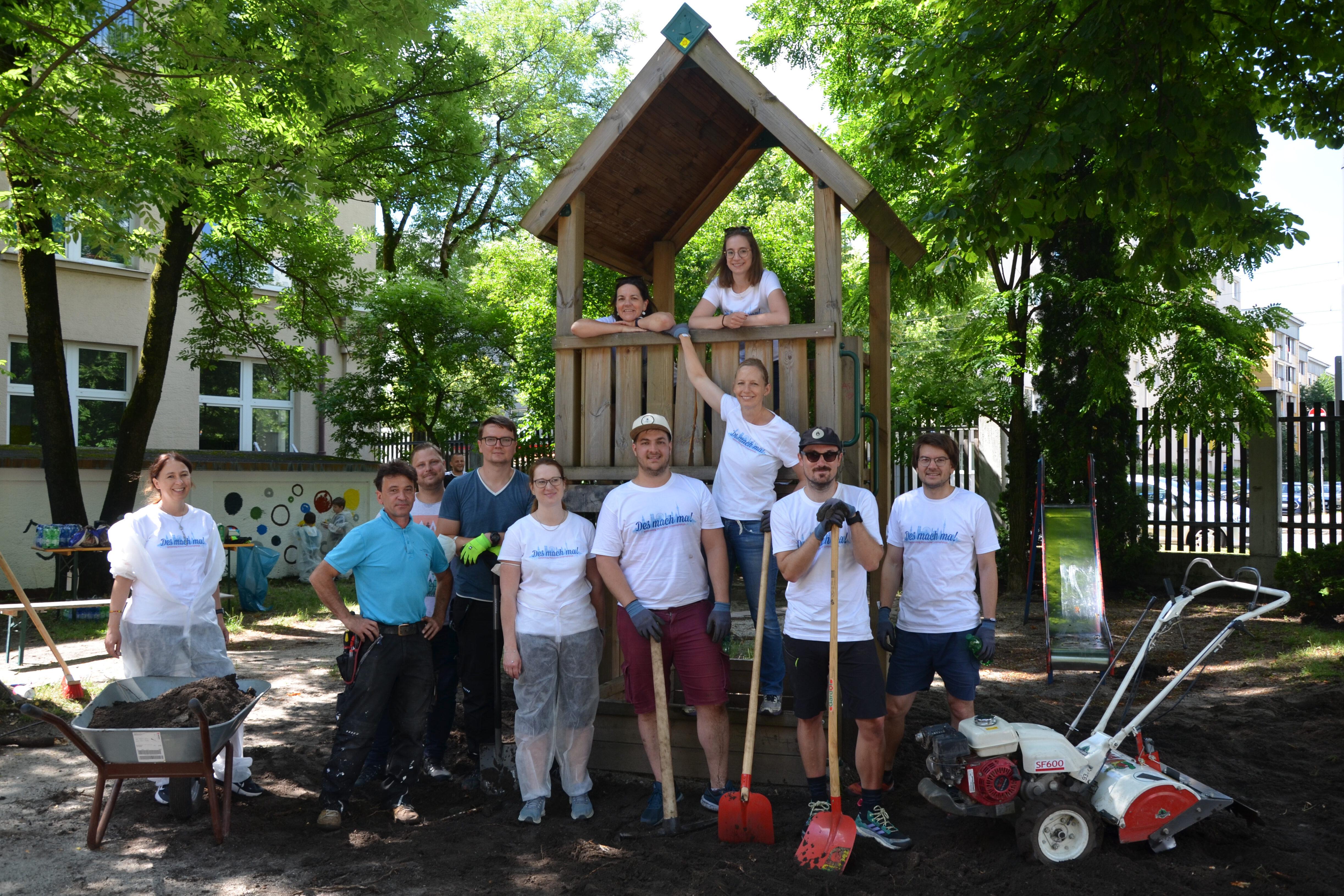 Aktionstag Münchner Unternehmen Des mach ma: Mitarbeiter von Nemetschek verschönern den Spielplatz in der Wohnungslosenunterkunft in der Dachauer Straße von PulsM.