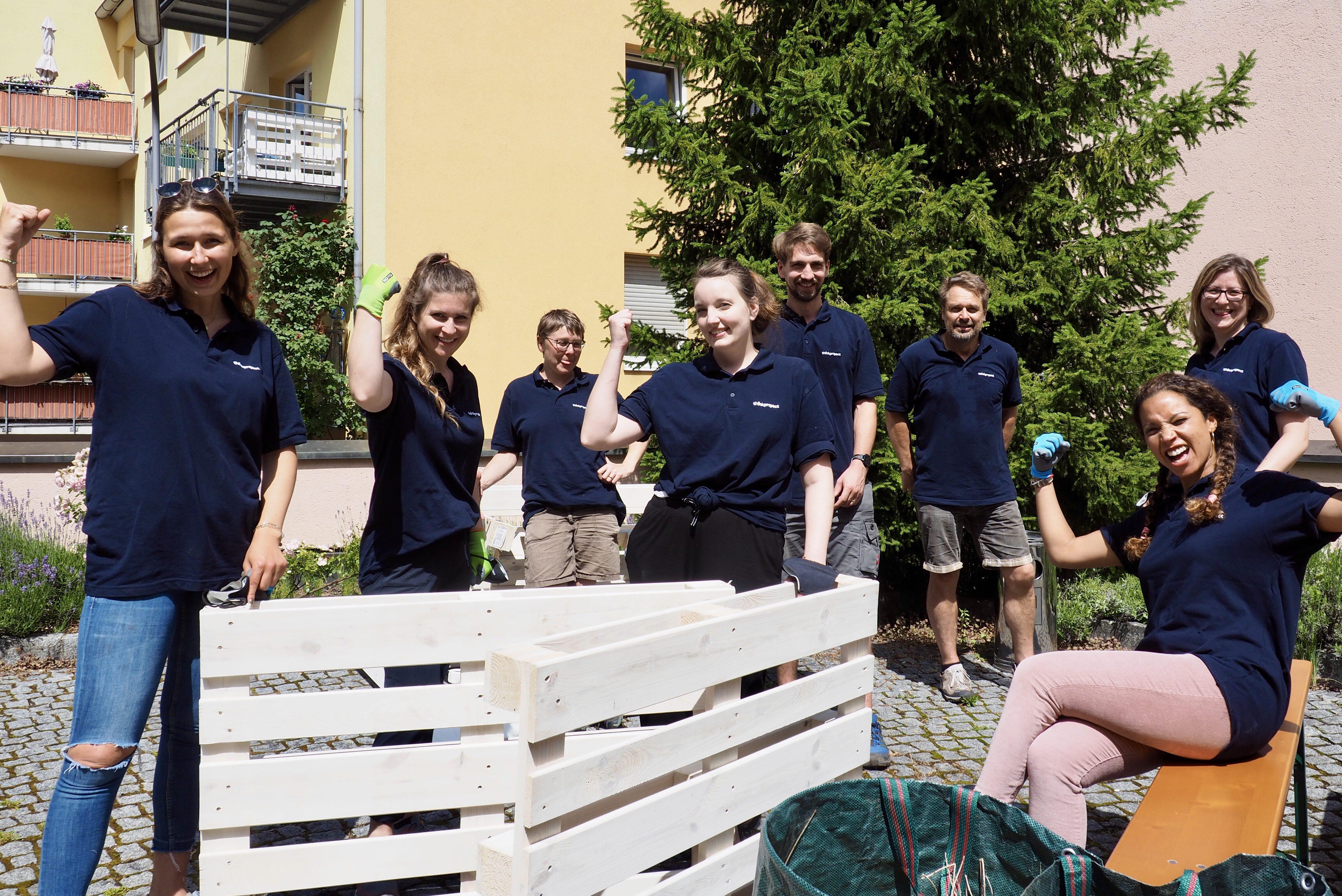 Aktionstag Münchner Unternehmen Des mach ma: Mitarbeiter von Thinkproject verschönern den Innenhof im Projekt Wohnen in der Au WidA des Adelgundenheims.