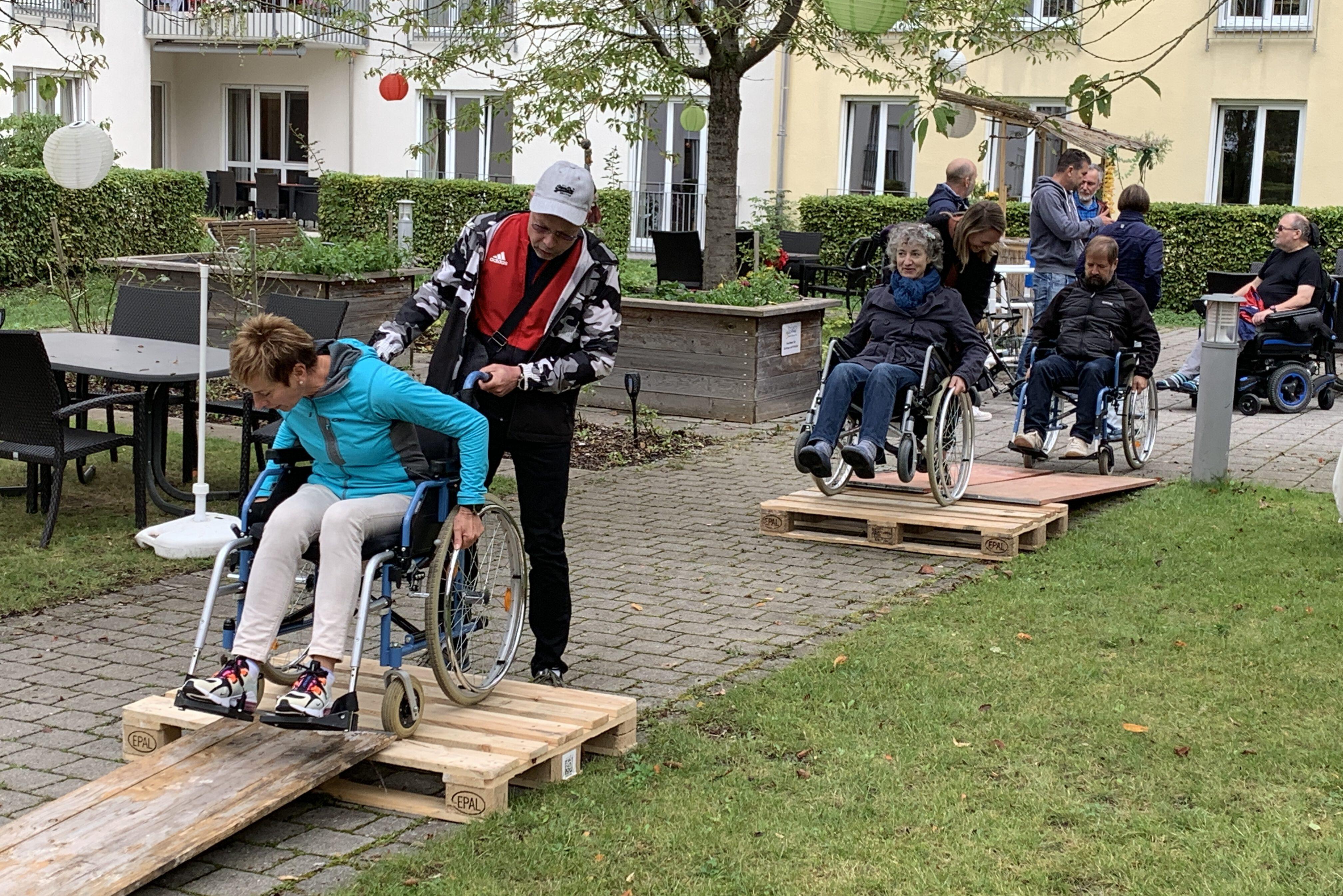 Aktionstag Münchner Unternehmen Des mach ma: ein Team vom ADAC erlebte am eigenen Körper, wie die Mobilität im Alter nachlässt und nimmt Bewohner auf einen Ausflug mit einer Fahrradrikscha zum nahegelegenen Weiher mit.