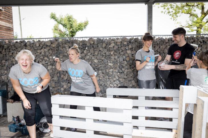 Aktionstag Münchner Unternehmen Des mach ma: Mitarbeiter von AmRest / Starbucks verschönern eine Unterkunft für Geflüchtete der AWO München Stadt mit frischer Farbe und bauen Sitzmöbel aus Paletten.